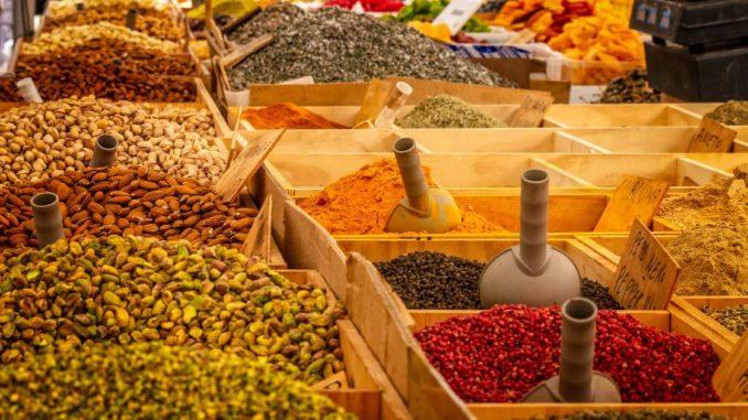 LE NOMS DES EPICES EN DARIJA (ARABE MAROCAINS) Epices-dans-la-cuisine-marocaine-678x381